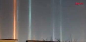أعمدة ضوئية ظهرت على السماء تفتن عيون الناس في روسيا
